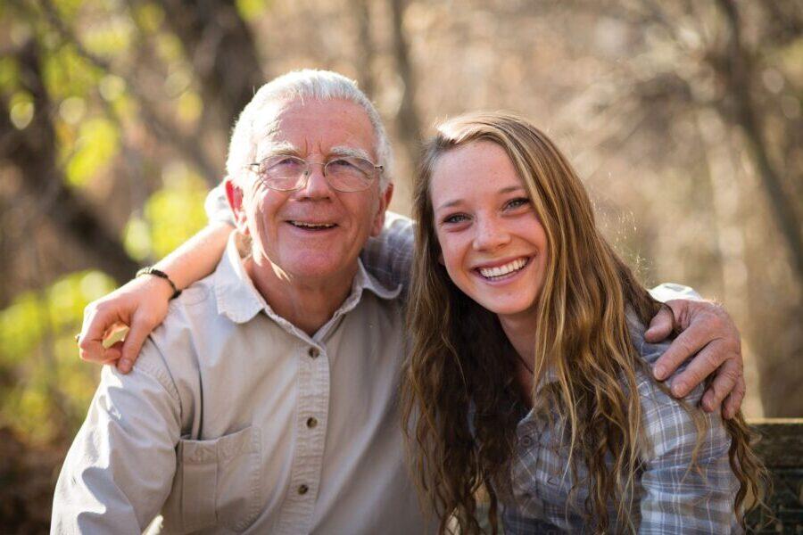 dziewczyna daje prezent dziadkowi
